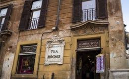 As salas de chá famosas do ` s de Babington no pé do espanhol pisam com seu obelisco egípcio em Roma Itália fotos de stock