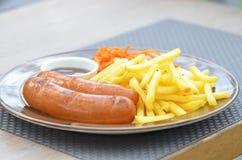 As salsichas bávaras grelharam com fritadas, cenouras no coreano e molho Imagem de Stock Royalty Free