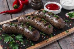 As salsichas cozinhadas caseiros fritaram em uma carne da grade imagens de stock royalty free