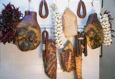 As salsichas e o presunto húngaros tradicionais diferentes penduram no s imagens de stock royalty free