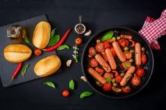 As salsichas grelharam com os vegetais no estilo grego foto de stock royalty free