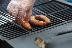 As salsichas saborosos e apetitosas são grelhadas em uma grade do BBQ Foto de Stock Royalty Free