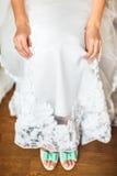 As sapatas da noiva no dia do casamento Fotos de Stock