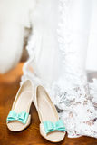As sapatas da noiva no dia do casamento Imagens de Stock