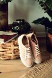 As sapatas das mulheres de couro elegantes das sapatas bege em sapatas brilhantes leves de um fundo de madeira com saltos foto de stock royalty free
