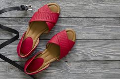 As sapatas de couro das mulheres e sandálias lisas vermelhas dos acessórios, h amarelo Fotografia de Stock