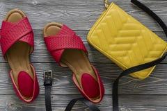 As sapatas de couro das mulheres e sandálias lisas vermelhas dos acessórios, h amarelo Foto de Stock Royalty Free