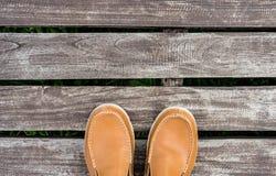 As sapatas de couro dos homens no fundo de madeira velho Imagem de Stock