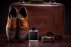 As sapatas de couro e a mala de viagem dos homens imagens de stock royalty free