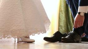 As sapatas do casamento do desgaste dos noivos video estoque