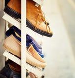 As sapatas dos homens estão na prateleira Fotografia de Stock