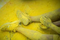 As sapatas e os pés coloridos dos adolescentes no evento da corrida da cor Foto de Stock Royalty Free