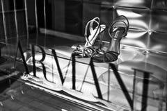 As sapatas luxuosas das mulheres de Giorgio Armani na exposi??o da loja imagem de stock
