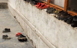 As sapatas sairam fora da sala de aula, Ladakh, India Imagens de Stock