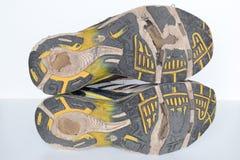 As sapatas velhas do esporte, sapatas movimentando-se velhas, sapatilhas velhas, gastadas ostentam sapatas, sapatas running velha foto de stock