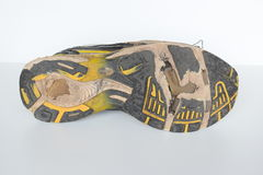 As sapatas velhas do esporte, sapatas movimentando-se velhas, sapatilhas velhas, gastadas ostentam sapatas, sapatas running velha imagem de stock