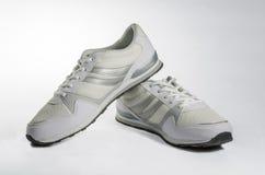 As sapatilhas de homens brancos Imagens de Stock Royalty Free