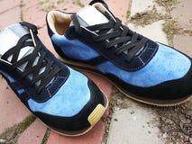 As sapatilhas dos homens modernos, bonitos para mover ao redor a cidade e viajar Estas sapatilhas são apropriadas para toda a id imagens de stock