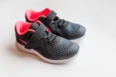 As sapatilhas no fundo branco, crianças do bebê ostentam sapatas Sapatilhas Running as sapatas pequenas do preto do esporte da cr imagem de stock