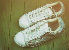 As sapatilhas ocasionais do ` s das mulheres são branco-turquesa Foto de Stock