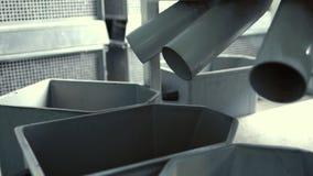 As sementes caem do transporte em caixas após ter limpado o processo Oficina industrial video estoque