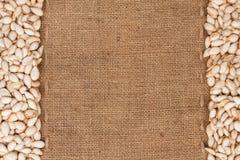 As sementes de abóbora estavam encontrando-se no pano de saco Foto de Stock Royalty Free