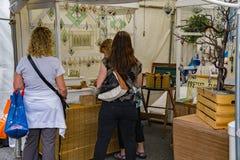"""As senhoras apreciam um artesão de vidro da mancha no 60th †anual """"Roanoke de Art Show do passeio, VA imagens de stock royalty free"""