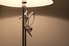 As senhoras calçam a suspensão em uma lâmpada fotografia de stock royalty free