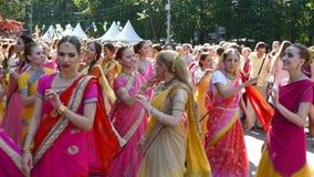 As senhoras em vestidos indianos estão dançando na cidade video estoque