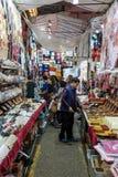 As senhoras introduzem no mercado em Kowloon Imagens de Stock