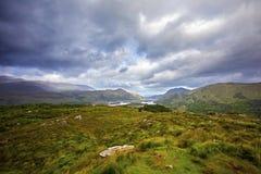As senhoras veem no parque nacional de Killarney imagens de stock