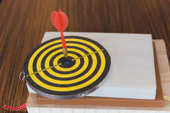 as setas dos dardos bateram o centro do alvo Imagens de Stock
