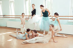 As sete bailarinas na barra do bailado Imagens de Stock Royalty Free
