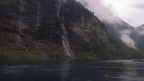 As sete irmãs ou cachoeiras que se encontra diretamente através do ` de Friaren do ` ou da cachoeira do pretendente, Geirangerfjo fotos de stock royalty free