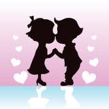 As silhuetas acoplam o beijo e prender das mãos Foto de Stock Royalty Free