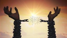 As silhuetas das mãos estão quebrando a corrente Conceito da liberdade fotografia de stock royalty free