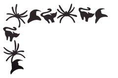 As silhuetas de gatos pretos e de aranhas e os chapéus cinzelados fora do papel preto são isolados no branco Fotografia de Stock