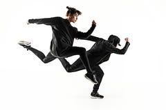 As silhuetas do homem de dois hip-hop e dos dançarinos fêmeas da ruptura que dançam no fundo branco fotografia de stock