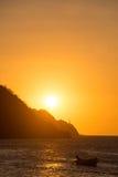 As silhuetas dos fishers em Taganga latem com por do sol Fotografia de Stock Royalty Free