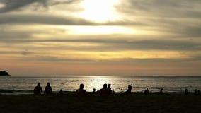 As silhuetas dos povos que andam no verão encalham no por do sol vídeos de arquivo