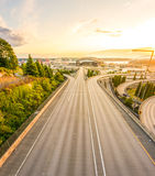 As skylines de Seattle e as autoestrada de um estado a outro convirgem com Elliott Bay e o fundo no tempo do por do sol, Seattle  Fotos de Stock