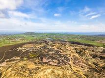 As sobras coloridas da montanha anterior de Parys da mina de cobre perto de Amlwch na ilha de Anglesey, Gales, Reino Unido Fotos de Stock