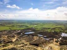 As sobras coloridas da montanha anterior de Parys da mina de cobre perto de Amlwch na ilha de Anglesey, Gales, Reino Unido Imagens de Stock Royalty Free