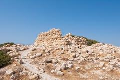 As sobras da construção perto de Matala encalham na ilha da Creta, Grécia imagens de stock royalty free