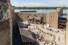 As sobras da parede da fortaleza e da torre de pulso de disparo nas ru?nas da fortaleza de Smederevo, estando nos bancos do Dan?b imagens de stock royalty free