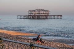 As sobras de antigos Brighton Pier - BRIGGHTON, REINO UNIDO - 27 DE FEVEREIRO DE 2019 fotos de stock royalty free