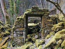 As sobras de um derelict abandonaram a casa de pedra imagem de stock