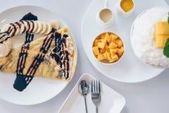 As sobremesas coreanas da manga de Bingsu barbearam sobremesas do gelo com manga, DES japonês do crepe frio da banana imagem de stock