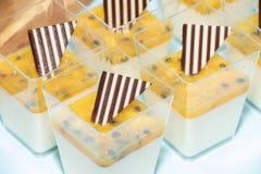 As sobremesas de vista doces e bonitas ofereceram em um partido do ` s da criança imagem de stock