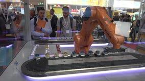 As soluções da automatização com o braço do robô de Kuka e Ethercat em Beckhoff estão em Messe justo em Hannover, Alemanha filme